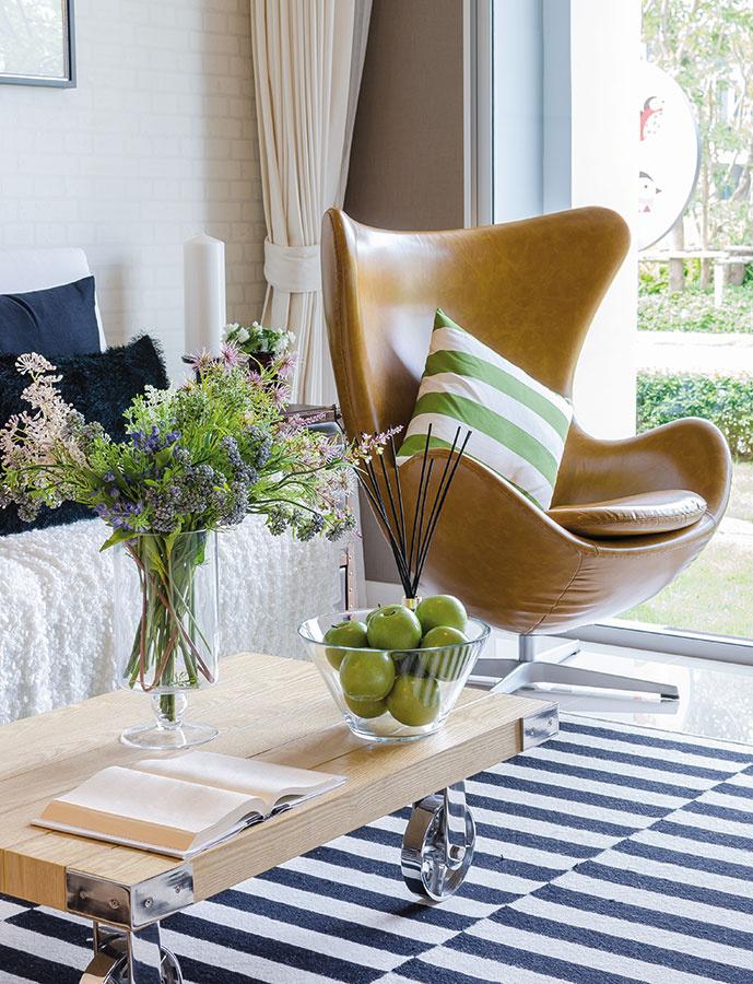 Nechajte KONFERENČNÝ STOLÍK, nech sa zazelená – jablkami v sklenenej mise, črepníkom s okrasnou rastlinou alebo kvetmi vo váze.