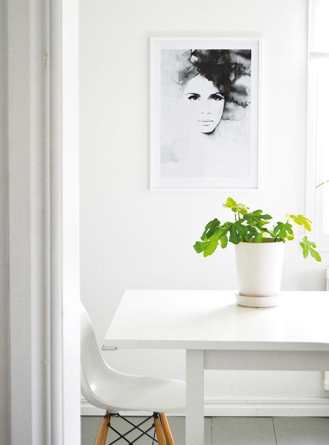 SOFISTIKOVANÁ TAJOMNOSŤ Čiernobiely akvarel pôsobí rovnako elegantne na bielej stene ako na tapete.