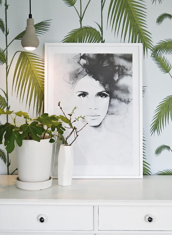 Čiernobiely plagát s akvarelovou potlačou Pretty Anne od Magdaleny Tyboni, 50 × 70 cm, bez rámu, predáva www.nordicday.sk.