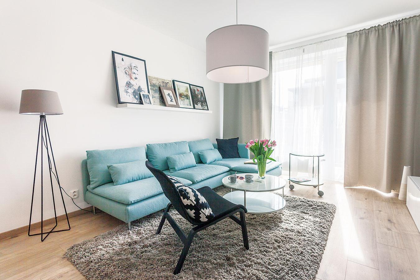 Zladene asmierou. Celý byt je ladený vrovnakej farebnosti – takáto jednotnosť podporuje dojem priestrannosti. Treba priznať, že príjemnú atmosféru aveľmi priaznivú cenu 10 000 € za celý interiér sa podarilo dosiahnuť aj vďaka zariadeniu zIkey.
