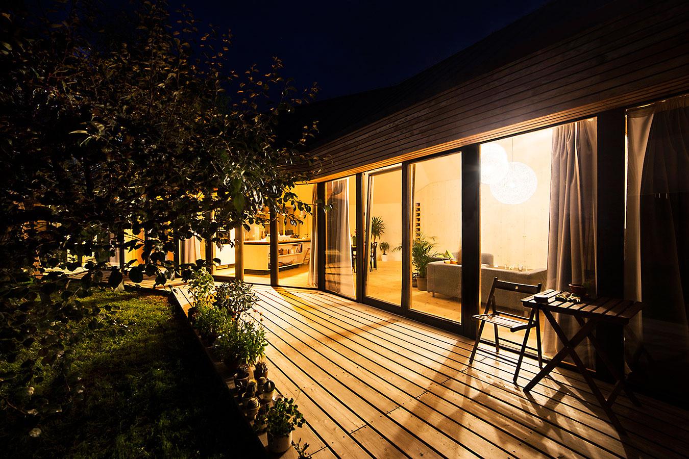 Terasa je kontinuálnym pokračovaním vnútornej podlahy do záhrady, zasklená stena poskytuje maximálne spojenie sexteriérom aj prirodzené ohrievanie interiéru. Vduchu želania majiteľov sa architekti snažili čo najviac priblížiť pasívnemu štandardu, nie však na úkor architektúry.