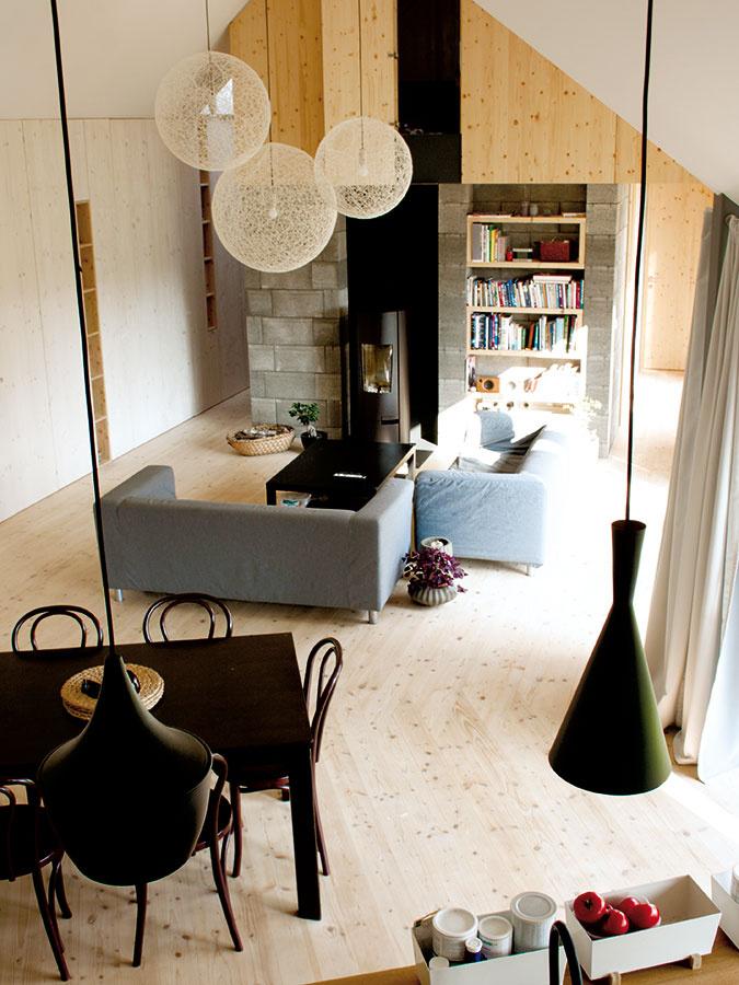 Živým srdcom domu je veľkorysý otvorený priestor vjeho strede, kde má logické miesto kuchyňa, obývačkové sedenie ajedálenský stôl.