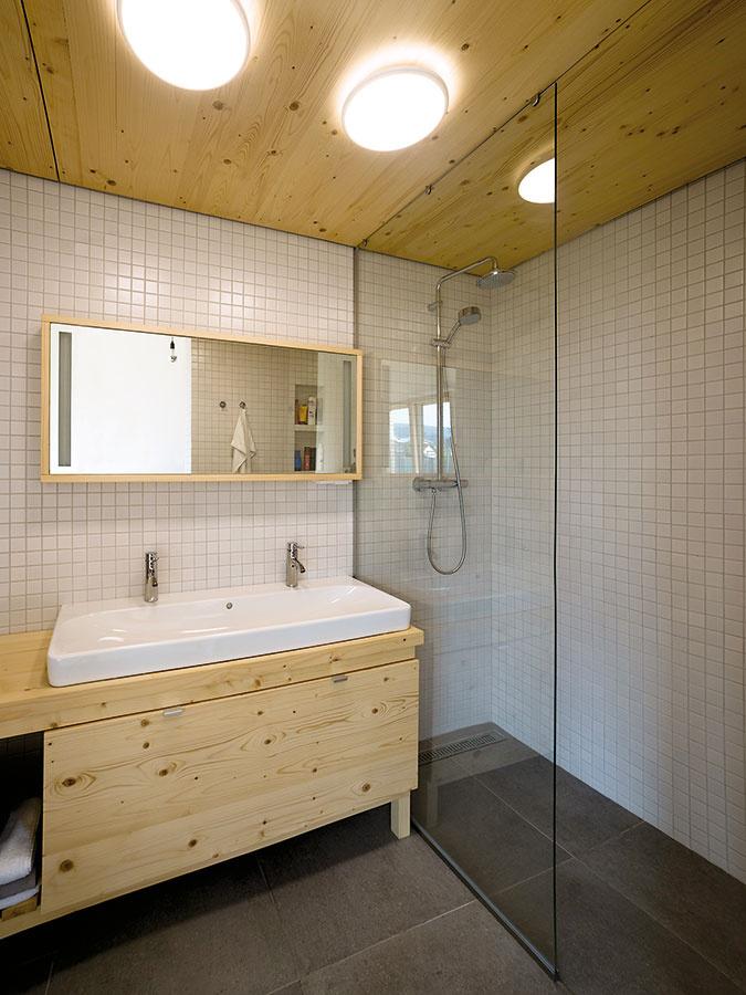 """Vdvoch betónových """"kockách"""" majú miesto kúpeľne, sklad, technická miestnosť, časť kuchyne či knižnica."""