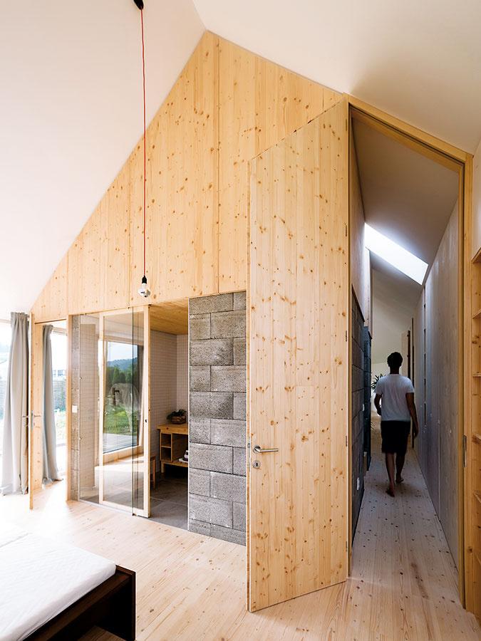 """Pohľad zrodičovskej spálne. Kúpeľňa v""""kocke"""" je prístupná cez sklenenú stenu."""