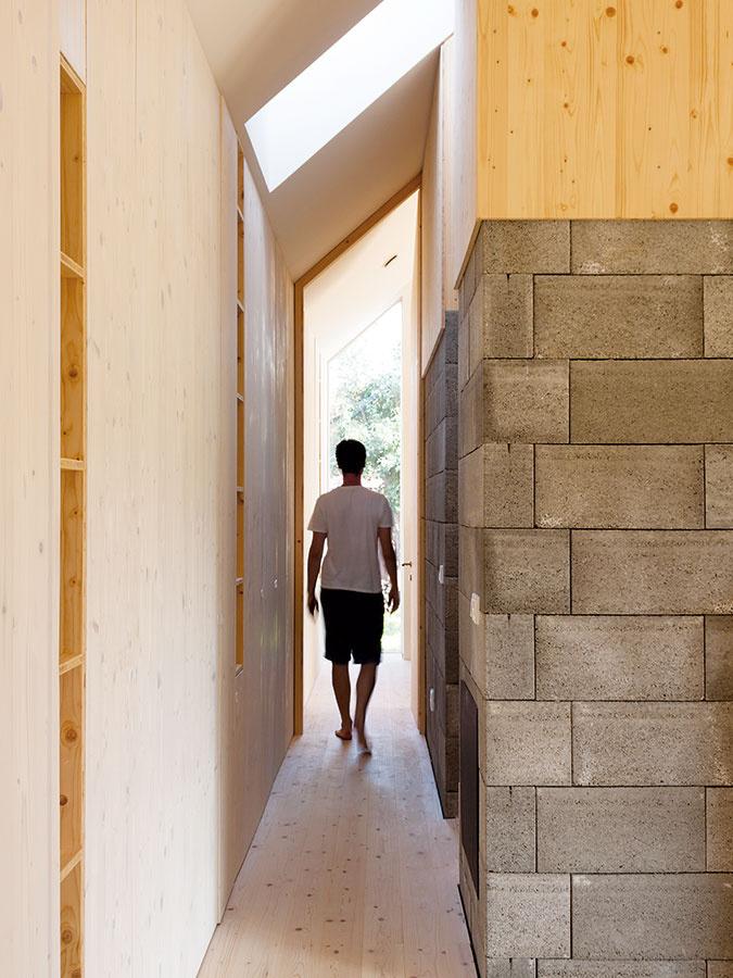 Ulička do spálne. Vysoké okno na východnom konci domu, vrodičovskej spálni, opticky predlžuje chodbu ado dlhého domu vnáša ešte intenzívnejší pocit pohybu.