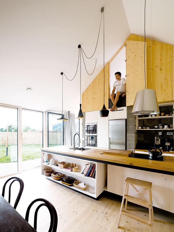"""Zohraná trojica. Lepené dosky zmasívneho smrekového dreva, betónové tvárnice abiely sadrokartón sú príjemne zladenou kombináciou, ktorá je typická pre všetky priestory domu. Prím tu však hrá drevo: """"Chceli sme urobiť interiér zdravšie aprírodnejšie, drevo tu zároveň pomohlo dosiahnuť výnimočný komfort,"""" hovorí architekt Martin Boleš."""