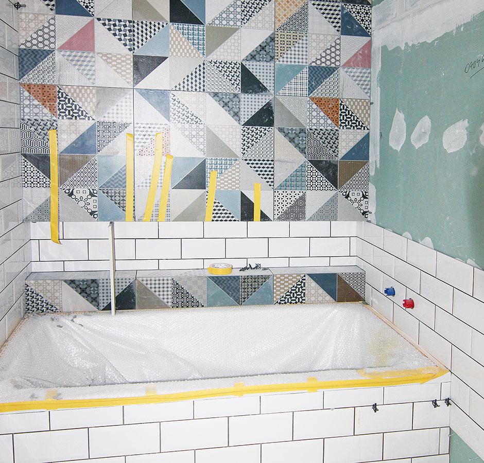 Desiaty až sedemnásty deň. Kúpeľňa už sa vyfarbuje. Aj tu pracujú majstri precízne anič nenechávajú na náhodu – mozaiku farebných obkladov si najprv rozložili vizbe na podlahe, kde sa pohrali srozmiestnením aotočením jednotlivých kusov, až potom sa pustili do obkladania steny.