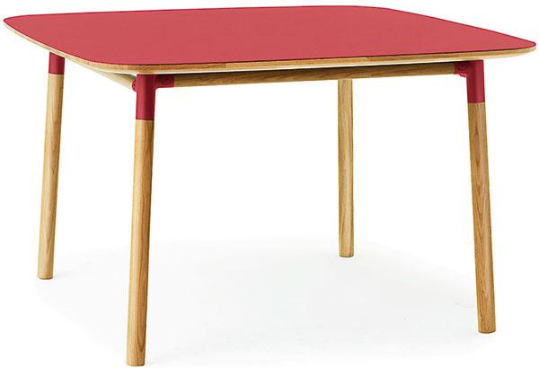 Farebné oživenie má vpriestore obytnej kuchyne priam blahodarný účinok. Červený stôl Form od značky Normann Copenhagen je dostupný vrôznych farbách aveľkostiach, sympatický je na ňom aj príjemný oblý dizajn.