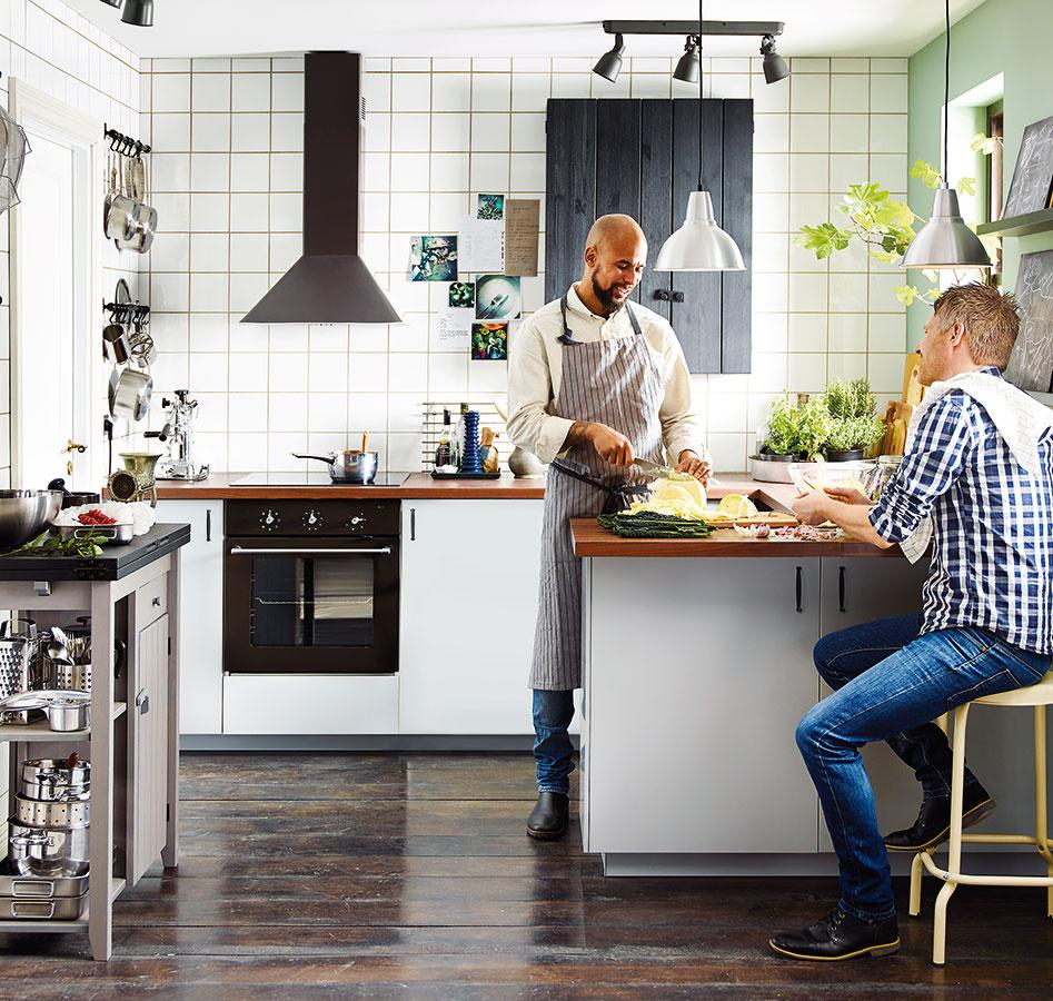 """Za rohom. Čiastočne vrámci obývacej izby, čiastočne sama pre seba. Princíp kuchyne, ktorej jednu """"stenu"""" tvorí pult, alebo vybiehajúca kuchynská linka, je pomerne jednoducho uplatniteľný aj vrámci rekonštrukcií."""