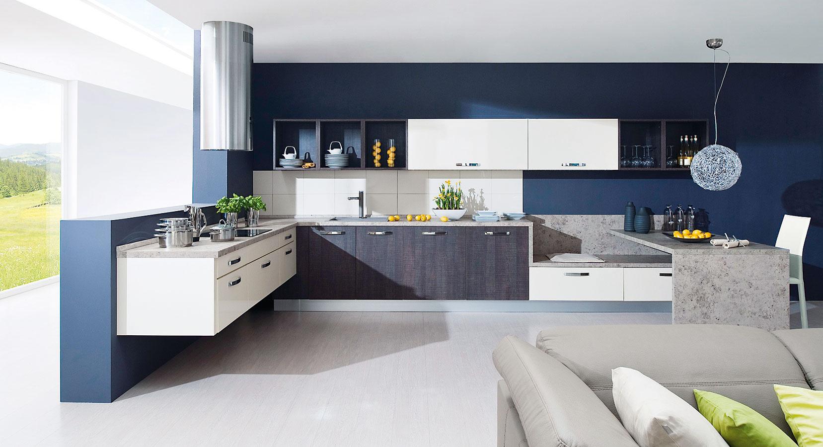 VARIABILNÝ PATCHWORK. Dispozičné umiestnenie kuchynských skriniek a množstvo farebných a materiálových variácií stiera rozdiely medzi kuchyňou a obývačkou. Môžete si zvoliť skrinky s dvierkami či bez, zavesiť ich vedľa seba do radu alebo niektoré vysunúť z horizontálnej línie presne ako v obývačke.