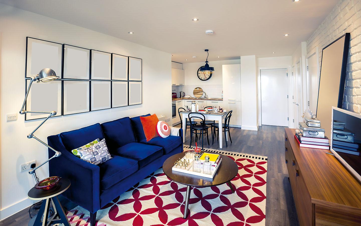Jedáleň, hoci len v podobe stola a stoličiek, pomôže premostiť kuchyňu do obývačky aj v menších bytoch. Jeden spojený priestor je cenený aj preto, že vďaka nemu kuchyňa neprišla o denné svetlo.