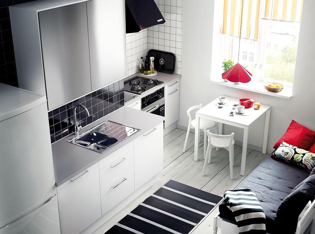 Ak to priestor dovolí, má svoj význam aj kuchyňa oddelená od obývačky. Rozhodujúcejší ako štvorcové metre je tvar. Vduchu obytnej kuchyne by malo byť možné umiestniť sem jedálenský stôl, ktorý sa netreba báť doplniť lavicou alebo menšou pohovkou.