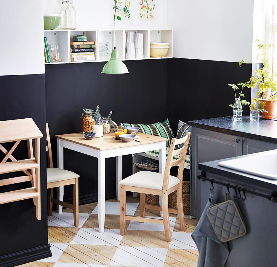 Kontrasty a farby pomôžu prepojiť rôzne zariadenie v menšom priestore. Zladiť stolovanie s podlahou a linku so stenami je netradičné, no o to originálnejšie riešenie.