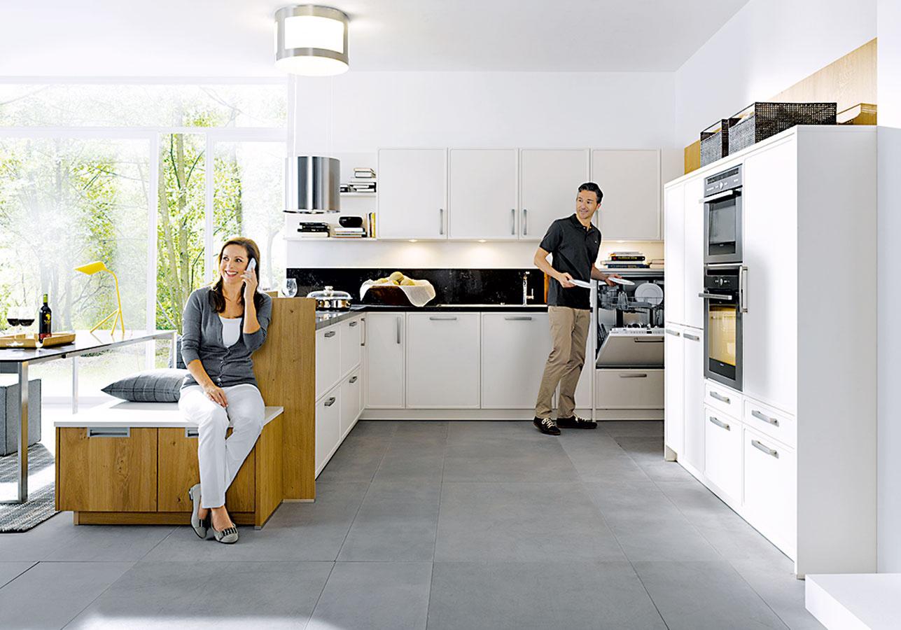 VIAC NEŽ LEN POSEDENIE. Lavica, ktorá je súčasťou kuchynského ostrova či polostrova, okrem miesta na sedenie ponúka aj bonus v podobe ďalšieho úložného priestoru.