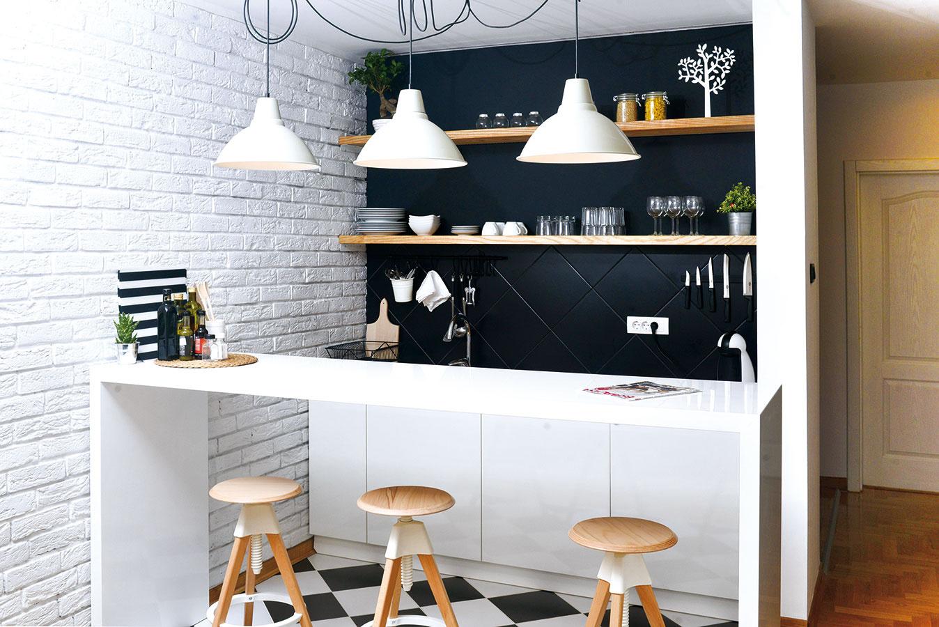 NIET ČO SKRÝVAŤ. Takýto minimalistický koncept je vhodný pre život vgarsónke, kde sa na malom priestore funkčne sústreďuje viac miestností: kuchyňa, jedáleň, spálňa aj obývacia izba. Ak si pri varení vystačíte naozaj len snevyhnutnými kuchynskými pomôckami, na tých niekoľkých pohároch, šálkach, tanieroch amiskách na otvorených policiach sa nestihne usadiť ani obávaný prach.