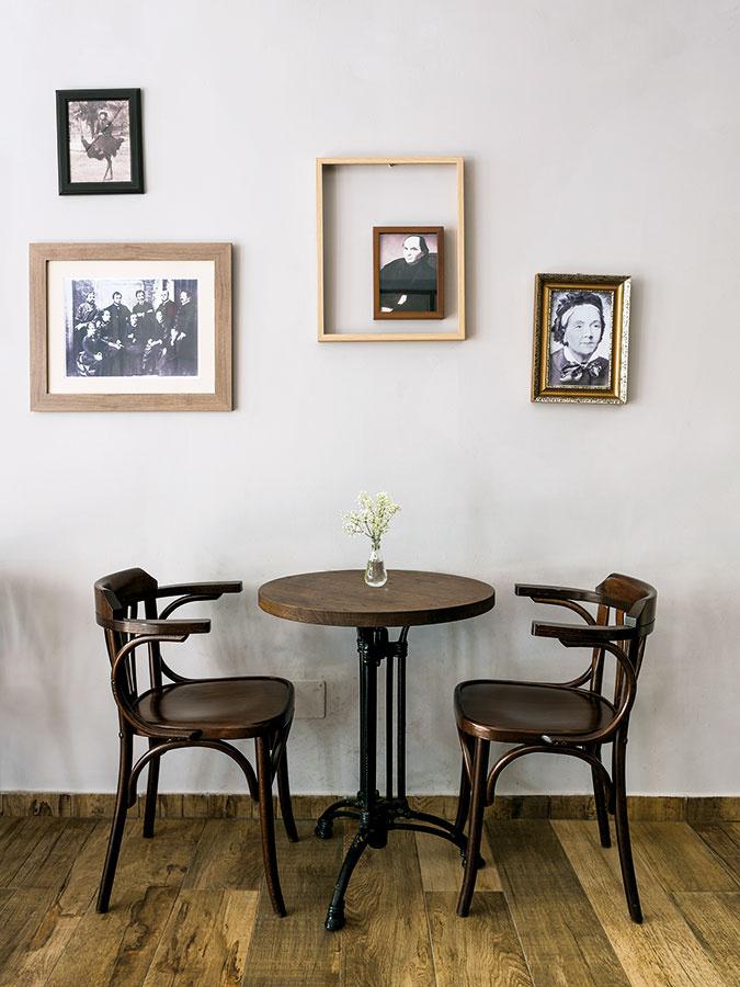 Kaviarenské sedenie pozostávajúce zmenšieho dreveného stola smasívnejšou kovovou podnožou azdrevených stoličiek môže nahradiť to jedálenské vdvojčlenných alebo single domácnostiach.