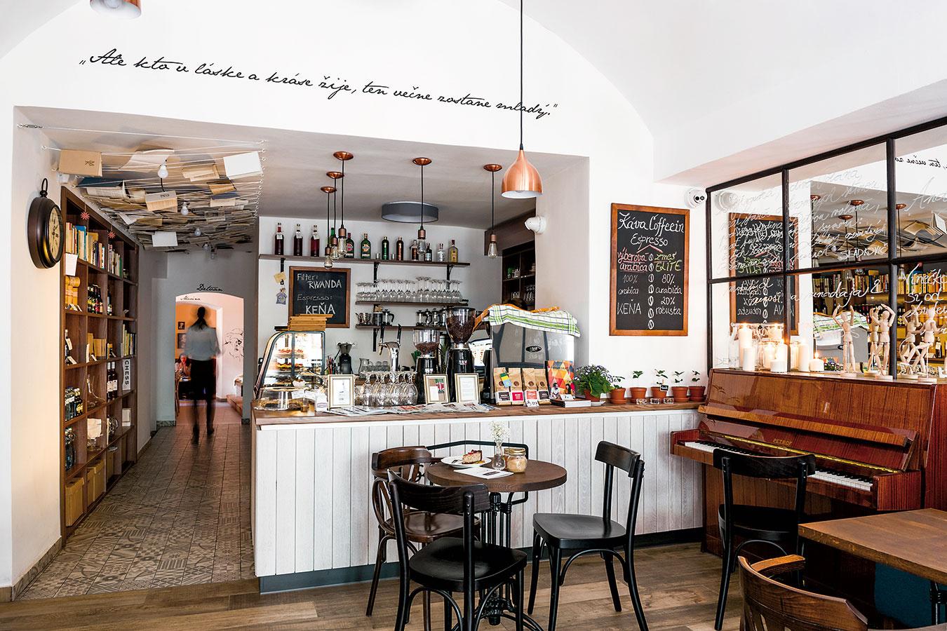 Vstupná miestnosť sbarom najviac pripomína meštianske kaviarničky typické pre 19. storočie.