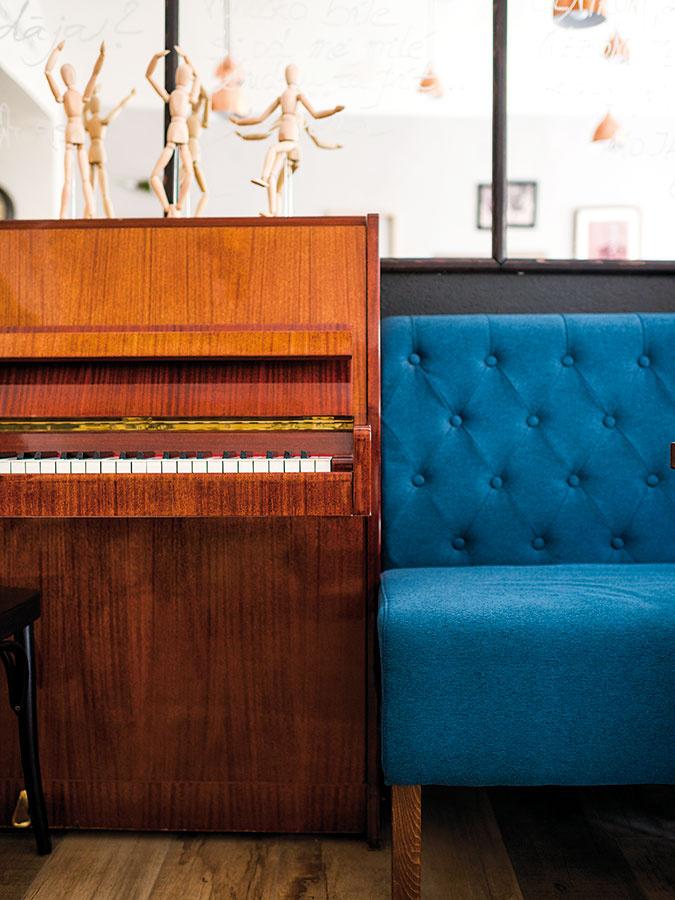 Klavír vprvej miestnosti je obľúbeným miestom majiteľa Lukáša. Hoci vkaviarni pravidelne hráva profesionálny klavirista, vo voľných chvíľach si sem-tam zahrá aj on.