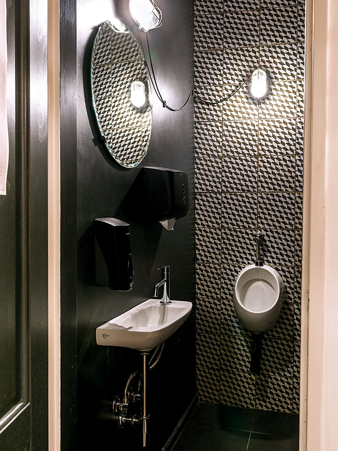 Čierna toaleta? Prečo nie. Jednoduchý čierny náter doplnený čierno-bielym obkladom abielou sanitou pôsobí moderne anaozaj štýlovo.
