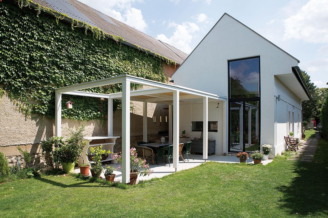 Záhrada pred aj za domom. Dom je odsadený od pôvodnej uličnej zástavby, takže klasický dlhý aúzky pozemok rozdeľuje netradične na dve časti.