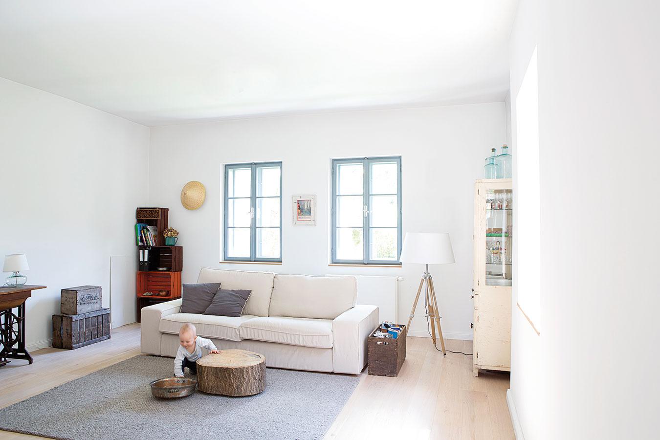 Vo farbách je jednota. Vďaka bielym stenám vcelom dome asvetlej neutrálnej farebnosti pôsobí interiér celistvo, čisto aharmonicky. Ďalším efektom jeoptické zväčšenie vnútorného priestoru.