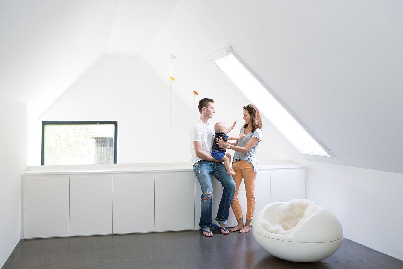 Spálňa na galérii. Rodičovská spálňa koncipovaná ako otvorená galéria patrí kzaujímavým priestorotvorným prvkom, ktoré príjemne oživujú čistý, striedmy interiér.