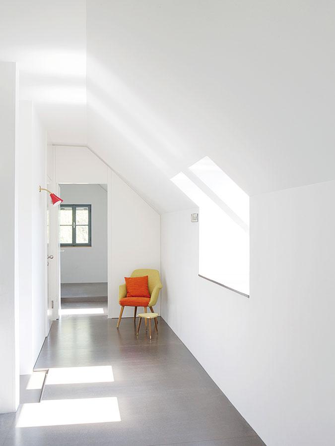 Nočná zóna vpodkroví zahŕňa okrem rodičovskej spálne aj rodinnú kúpeľňu adetskú izbu orientovanú na juhovýchod.