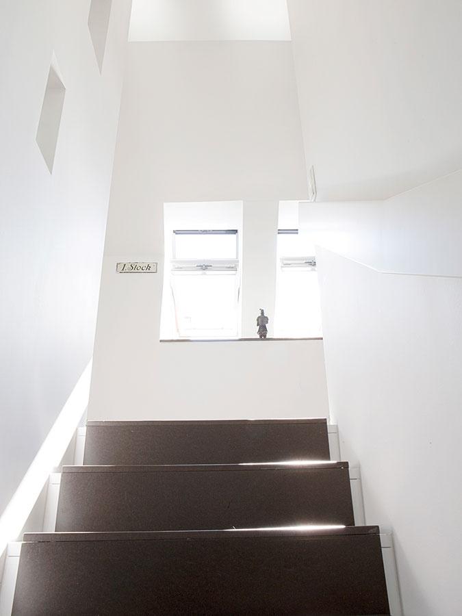 Hra so svetlom. Premyslené umiestnenie okien, či už klasických, alebo strešných, rozohralo na drevenom schodisku do podkrovia zaujímavé svetelné predstavenie.