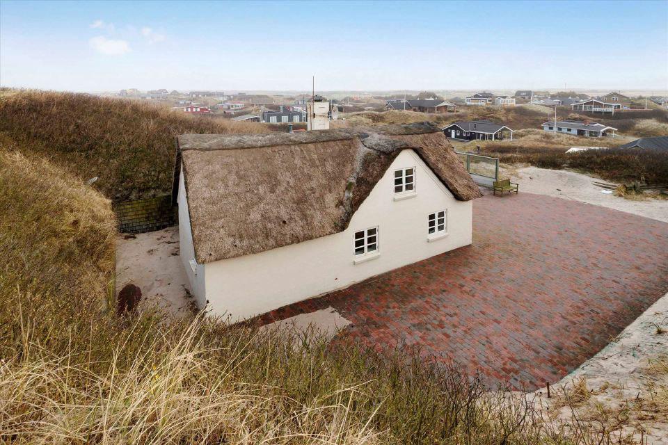 Tehlový domček so slamenou strechou