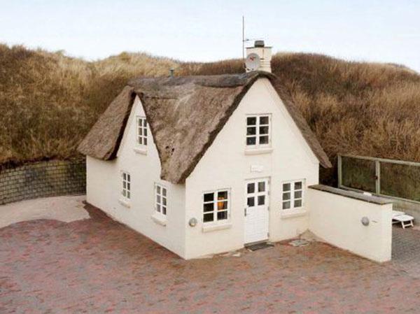 Tehlový domček so slamenou strechou vzbudil medzi potenciálnymi kupcami veľký záujem
