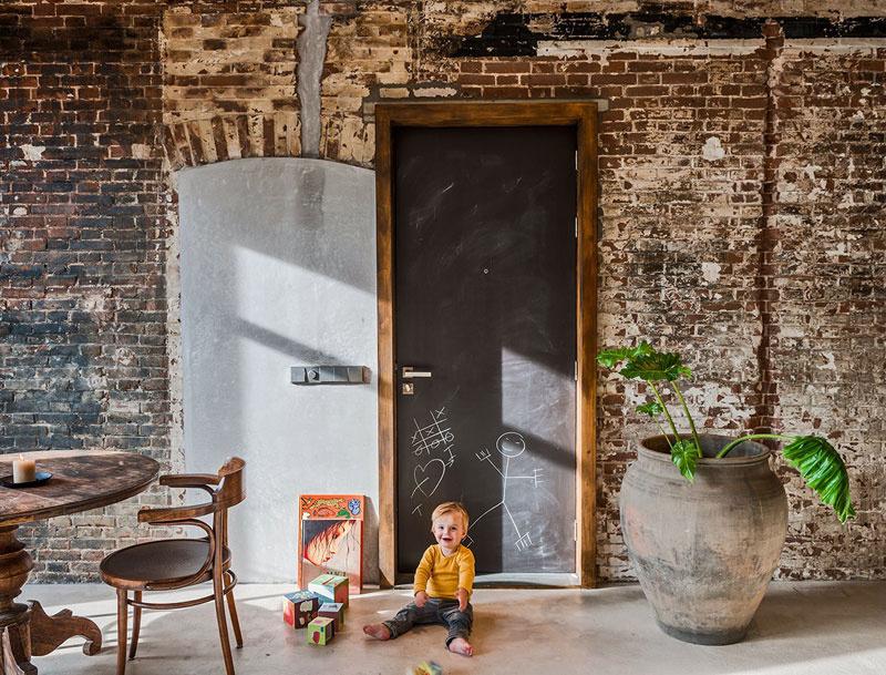 Za nánosmi štukatúr sa podarilo objaviť originálne tehlové steny a drevené dvere, ktoré boli celé roky zakrývané rôznymi vrstvami farieb a povrchových úprav. Pôvodné prvky boli vyčistené, ošetrené a ponechané v priznanom stave.