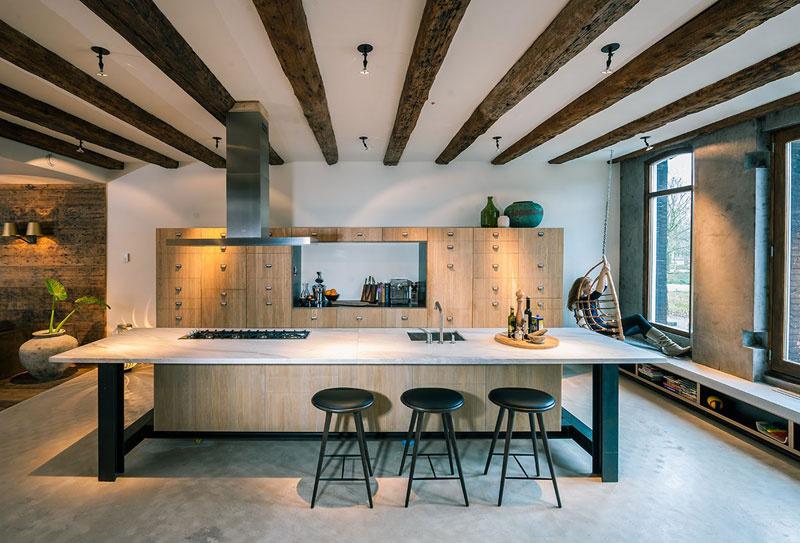 Dizajnérom sa perfektne podarilo spojiť tradičné a novotvar – vidno to napríklad aj v kuchyni, ktorá výborne zapadá do priestoru a vnáša do neho čerstvý závan.