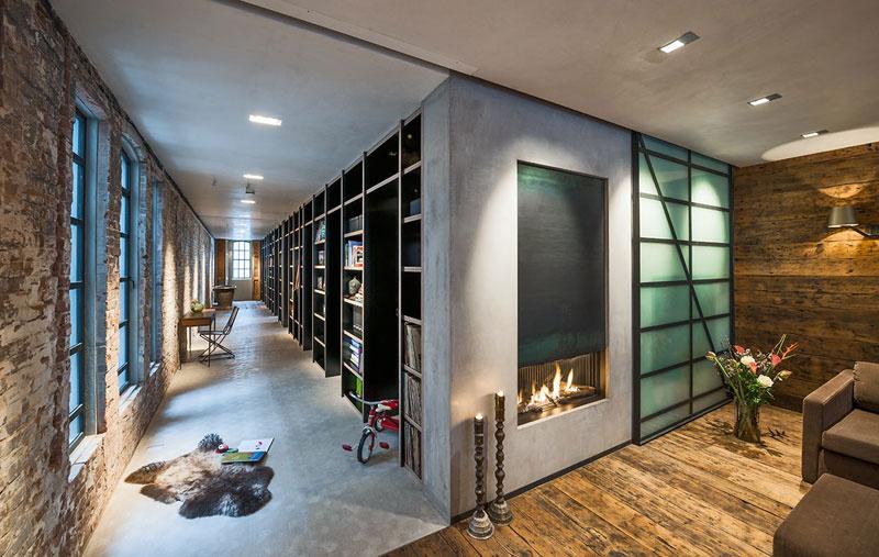 Na chodbe sa nachádza 16 metrov dlhá knižnica, ktorá ukrýva vchody do jednotlivých izieb.