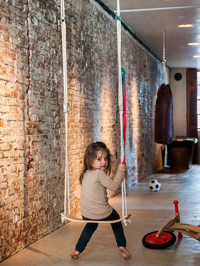 Dizajnéri mysleli aj na deti – v priestore je niekoľko súčastí, ktoré slúžia na hranie (napríklad hojdačka na fotografii).