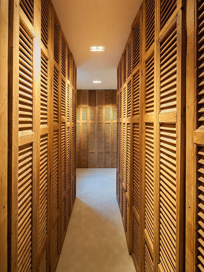 Ďalšie úložné priestory sa nachádzajú v rozmerných skriniach ktoré vás vovedú k posteli v spálni.