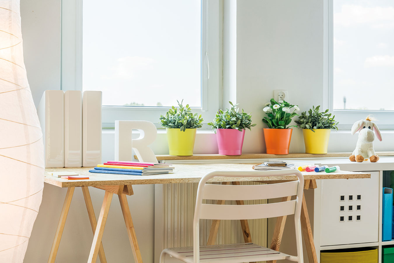 Hravým prvkom vdetskom interiéri môžu byť aj vhodne zvolené kvetináče aobalové nádoby vživých farbách.