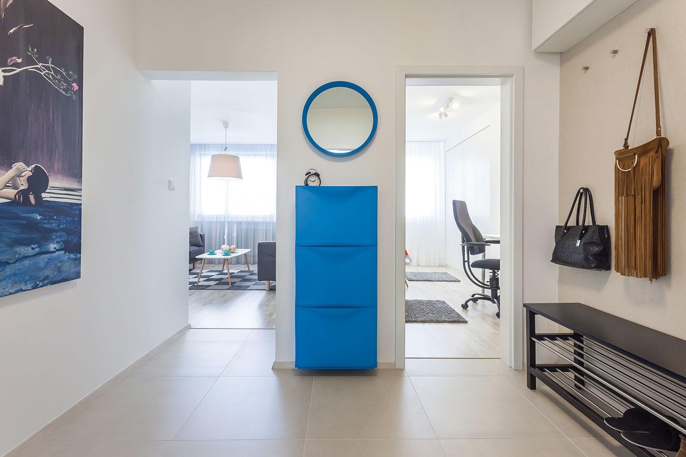 Klasický bytový problém, kde nájsť dostatok miesta na odkladanie, riešili aj tu. Hoci hala má veľkorysé rozmery, na skrine vnej priestor nebol. Vedie znej totiž okrem vstupných ďalších štvoro dverí, respektíve otvorov do susedných miestností.