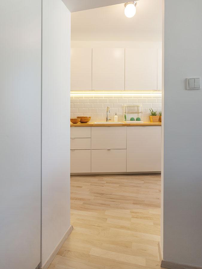 """Veľká vstavaná skriňa je vobývačke, keďže vhale na ňu nebol priestor. Vďaka dobrému nápadu však """"netrčí"""" zo steny."""