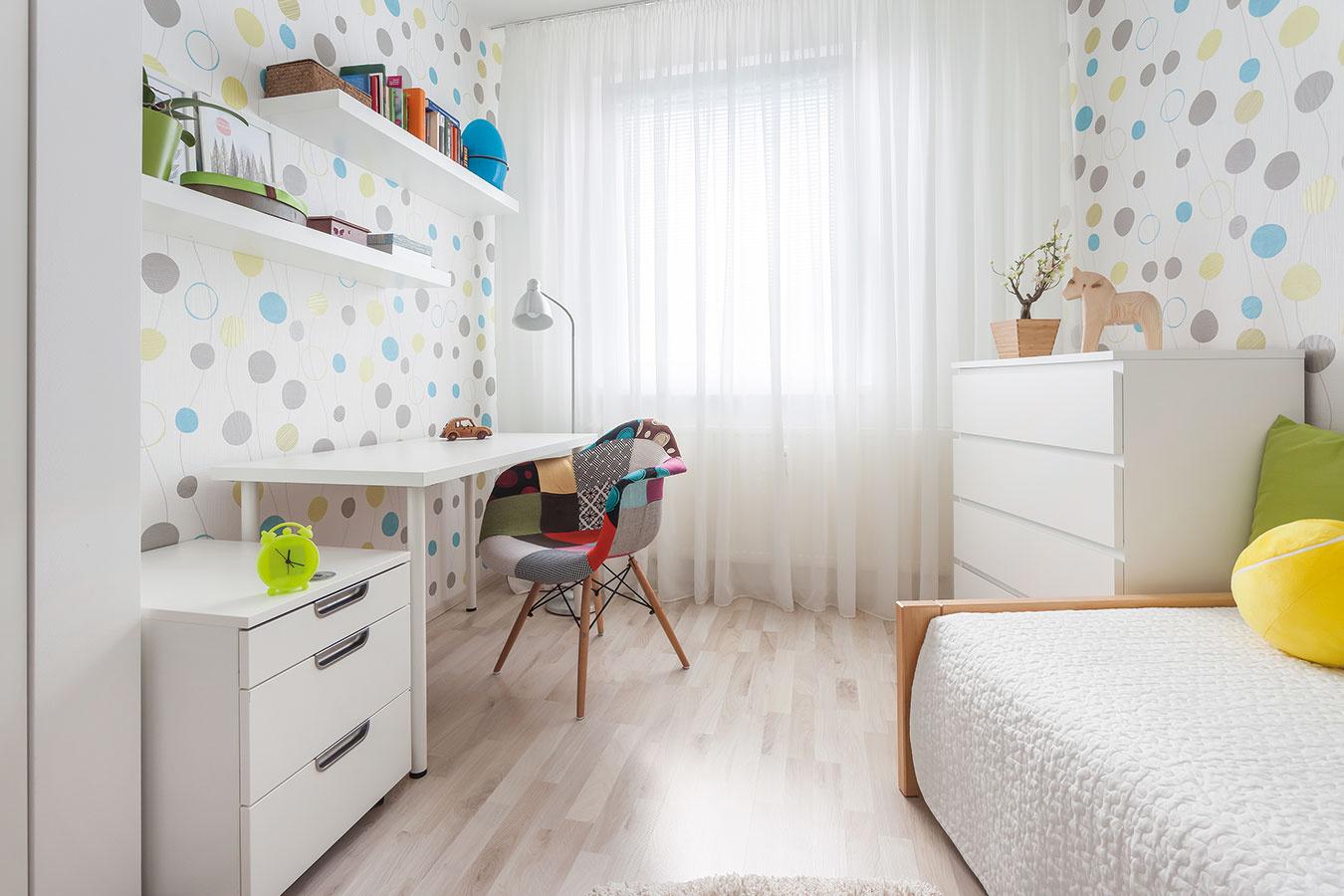 Detská izba si na svojho malého obyvateľa ešte pár mesiacov počká. Jednoduché zariadenie vyberali tak, aby sa neskôr dalo ľahko prispôsobiť meniacim sa potrebám dieťaťa.