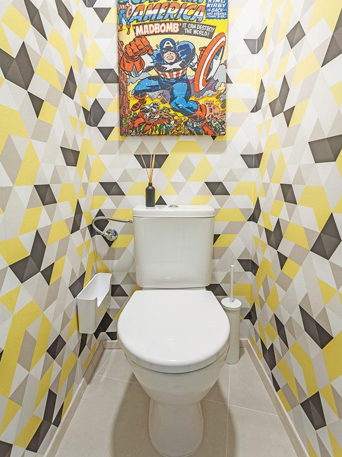 Spomienka na minulosť. Bláznivá tapeta akomiksový obrázok na toalete pripomínajú minulosť bytu ako študentského podnájmu.