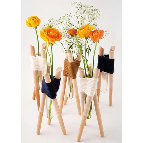 Súprava piatich váz Forget me not od dizajnérky Aurélie Richard, bukové drevo, priadza, vponuke aj samostatne, 160 €/5 ks, www.buymedesign.com