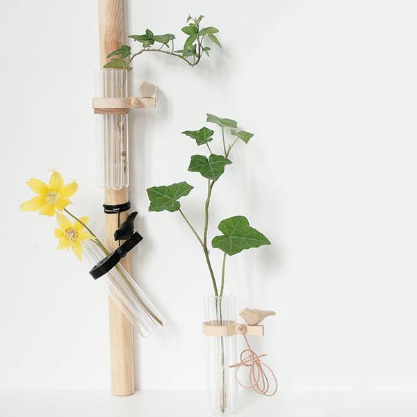 Hravá váza 7&Bird od dizajnérky Evy Levin, vhodná aj na zavesenie, výška 12 cm, priemer 4 cm, 20,09 €, www.nordicdesigncollective.eu