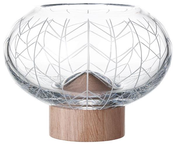 Elegantná váza Glass Mount Bowl 300 od značky Bomma, krištáľové sklo, drevo, výška 22,7 cm, priemer 30 cm, 314,27 €, www.designpropaganda.com