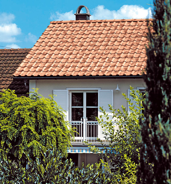 CREATON Balance je veľkoformátová keramická škridla svyváženými proporciami, ktorá sa odporúča nielen na veľké, ale aj menšie strešné plochy. Vďaka veľkému formátu skrycou šírkou od cca 272 mm akrycou dĺžkou cca 431 mm dosahuje pri spotrebe od 8,4 ks/m2 výborný pomer ceny avýkonu.