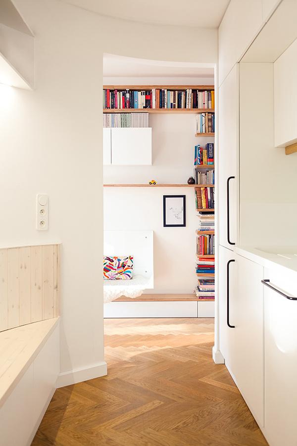 Kuchyňa sa nachádza v tesnej blízkosti vstupných priestorov, čo majitelia považujú za veľmi praktické. Pracovnú dosku v kuchyni a umývadlá architektka navrhla z tvárneho a nepriepustného umelého kameňa Corian.