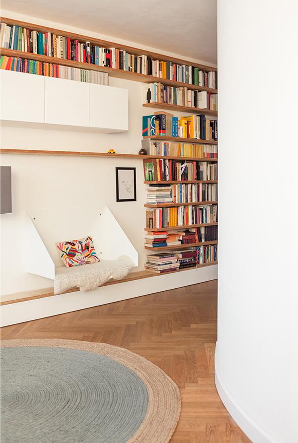 Oválne steny dodávajú bytu naozaj jedinečnú atmosféru, až človek zabúda, že sa nachádza v klasickom panelákovom byte.