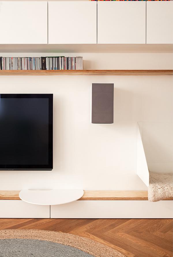 V byte sa nachádza veľké množstvo na mieru vyrobeného nábytku. Patrí k nim aj praktický úložný systém s knižnicou a zabudovaná sedačka, ktorá umožňuje priamu komunikáciu s kuchyňu alebo ďalšie polkruhové minimalistické sedenie.