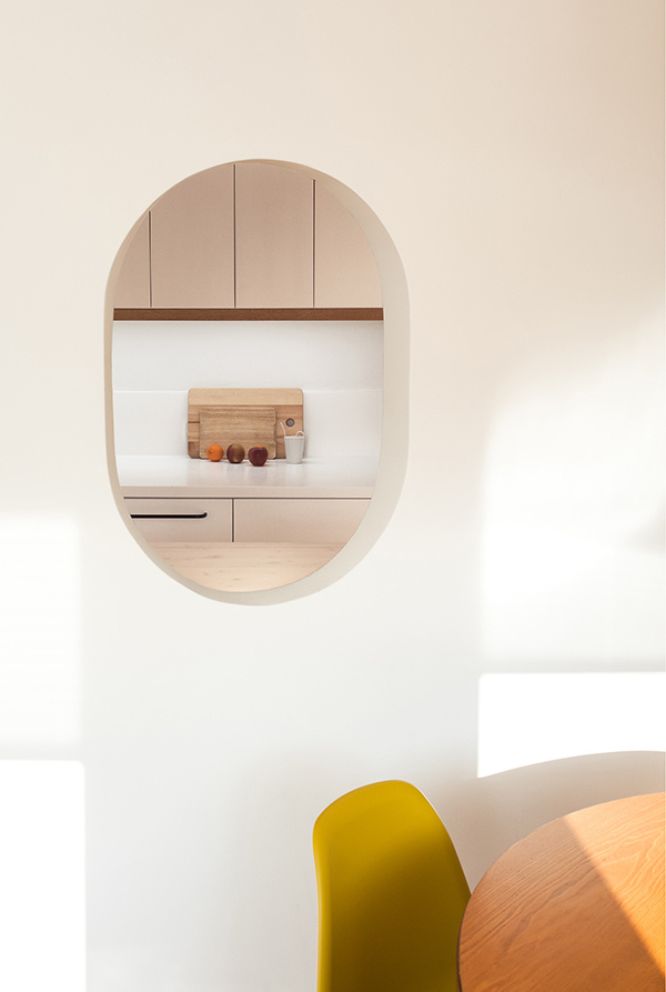 Do oválnej steny architektka navrhla ďalší menší ovál, vďaka ktorému možno pri varení komunikovať s osobami, ktoré sedia za jedálenským stolom.