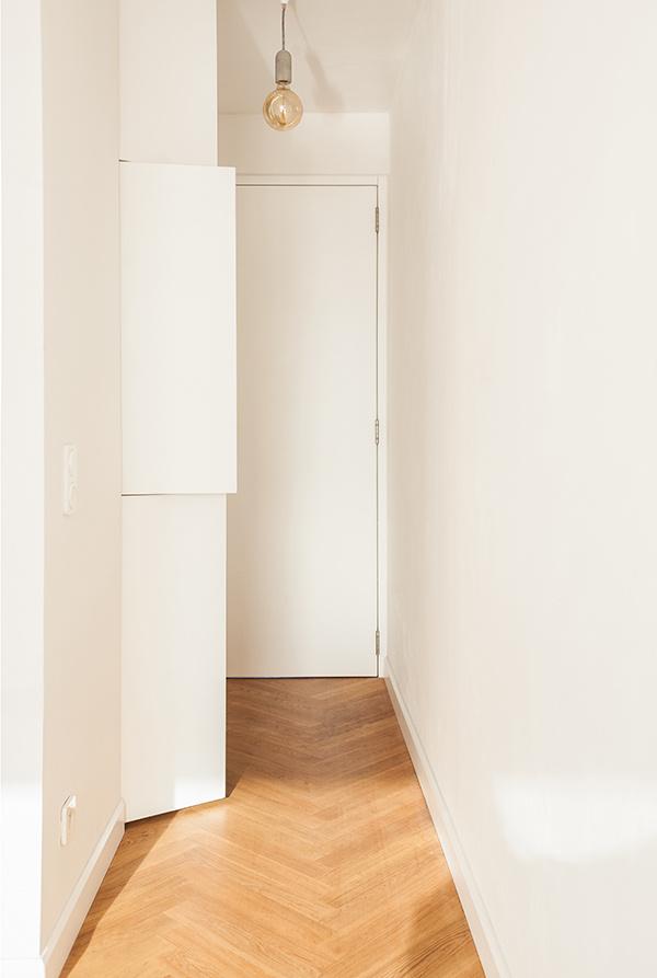 Celé zázemie nápaditého bytu zabalili do netradičného oválu zo sadrokartónu