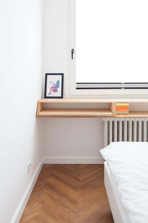 Voľný priestor medzi oknom a radiátorom vypĺňa praktická polica, ktorá poslúži na odloženie nevyhnutností aj ako knižnica.